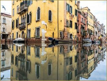 Les beaux reflets des rii Priuli o de Santa Sofia et de l'Acqua Dolce, dans le Sestier du Cannaregio à Venise.