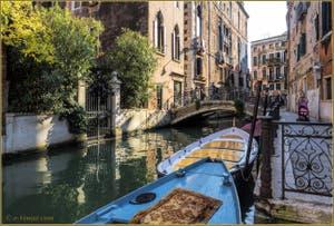 Les reflets du rio de la Panada et la Fondamenta Van Axel o de le Erbe, dans le Sestier du Cannaregio à Venise.