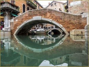 Les reflets du rio dei Miracoli sous le pont de Santa Maria Nova, dans le Sestier du Cannaregio à Venise.
