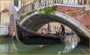 Gondole sur le rio et sous le pont de la Fava, dans le Sestier de Saint-Marc à Venise.