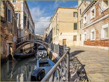 Gondole sur le rio et sous le pont San Severo, dans le Sestier du Castello à Venise.