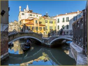 Gondole sur le rio del Mondo Novo devant le Campiello Querini Stampalia, dans le Sestier du Castello à Venise.