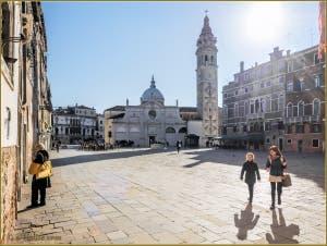 Ciel tout bleu sur le beau Campo Santa Maria Formosa, dans le Sestier du Castello à Venise.