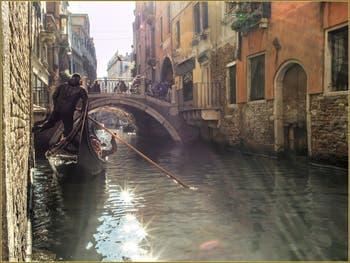 Une Gondole glisse sur le rio de la Fava, devant le pont Sant'Antonio, qui permet de passer du Sestier du Castello à celui de Saint-Marc à Venise.