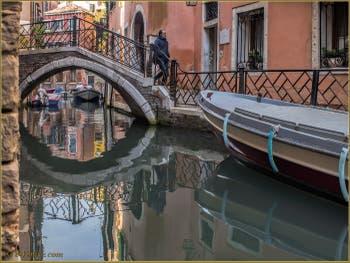 Les reflets du rio de San Zaninovo, sous le pont Storto, dans le Sestier du Castello à Venise.