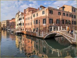 Les reflets roses du rio dei Ognissanti, devant le pont Borgo, dans le Sestier du Dorsoduro à Venise.