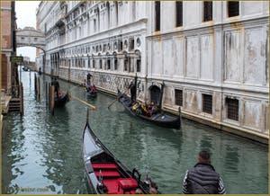 Gondoles sur le rio de la Canonica, le long du Palais des Doges, au fond, le pont des Soupirs, dans le Sestier de Saint-Marc à Venise.