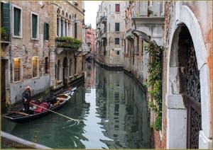 Sandolo sur le rio di San Luca Rossini, dans le Sestier de Saint-Marc à Venise.
