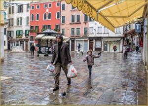 Les courses avec papa après la pluie, sur le Campo Santa Marina, dans le Sestier du Castello à Venise.