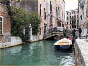 La Pluie sur le rio de la Panada, le long de la Fondamenta de le Erbe Van Axel, devant le pont de le Erbe, dans le Sestier du Cannaregio à Venise.
