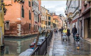 Après la pluie sur la Fondamenta de l'Osmarin devant le palazzo Priuli et le pont del Diavolo, dans le Sestier du Castello à Venise.