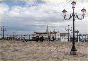Les gondoliers du môle de Saint-Marc à Venise avec, au fond l'île de San Giorgio, son église et son Campanile.