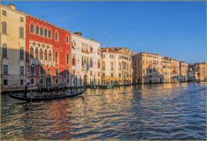 Le Grand Canal de Venise, avec une gondole qui passe devant le palazz Erizzo alla Madalena, suivi des Palazzi Soranzo Piovene et Emo, dans le Sestier du Cannaregio à Venise.