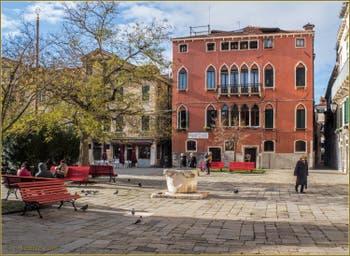 Soleil et ciel bleu sur le Campo Bandiera e Moro o de la Bragora, dans le Sestier du Castello à Venise.