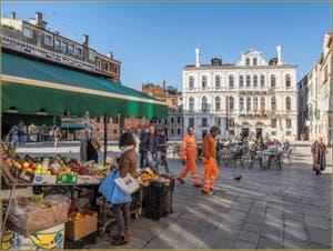 Vie Vénitienne et ciel bleu sur le beau et grand Campo de Santa Maria Formosa, dans le Sestier du Castello à Venise.