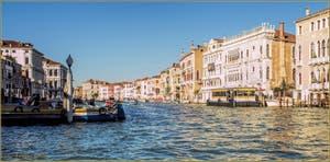 Ciel Bleu sur le Grand Canal de Venise et la Ca' d'Oro, dans le Sestier du Cannaregio.