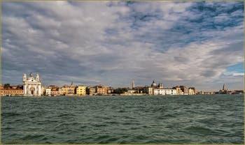 Vus depuis l'île de la Giudecca, les Zattere avec l'église dei Gesuati, dans le Sestier du Dorsoduro à Venise.