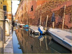 Les Ccouleurs du rio de le Gorne, le long de l'Arsenal de Venise, dans le Sestier du Castello.