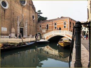 L'église, le pont et le rio dei Frari, dans le Sestier de San Polo à Venise.