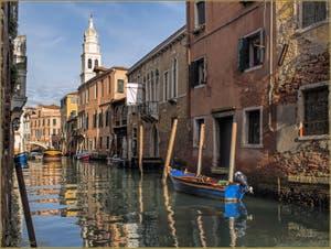 Soleil et reflets sur le rio de Sant'Antonin, au fond, le campanile de l'église de Sant' Antonin ou Antonino, dans le Sestier du Castello à Venise.