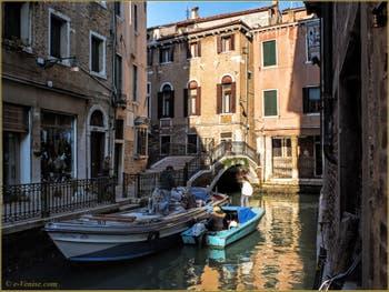 Soleil et reflets sur le rio de San Severo, devant le pont de la Tetta, dans le Sestier du Castello à Venise.