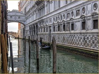 Gondole sur le rio de Palazzo o de Canonica, le long du Palais des Doges, au fond, le pont des Soupirs, dans le Sestier de Saint-Marc à Venise.