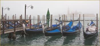 Gondoles dans le Brouillard sur le Bassin de Saint-Marc à Venise.