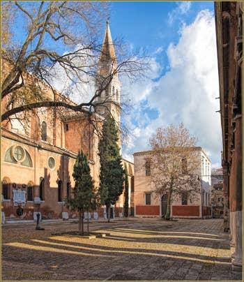 Le Campo de la Confraternita, l'église et le Campanile de San Francesco de la Vigna, dans le Sestier du Castello à Venise.