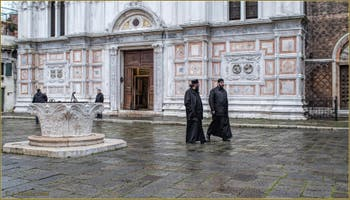 Le Campo San Zaccaria, son puits et son église, dans le Sestier du Castello à Venise.