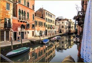 Le Palazzo du Tintoret sur la Fondamenta dei Mori, le long du Rio de la Sensa, dans le Cannaregio à Venise