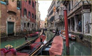 Gondoles sur le rio dei Santi Apostoli, le long du Sotoportego del Magazen, au fond, le pont de San Canzian, dans le Sestier du Cannaregio à Venise.
