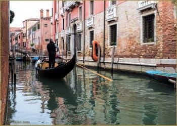 Gondole sur le rio dei Sartori Gozzi Sant'Andrea, dans le Sestier du Cannaregio à Venise.