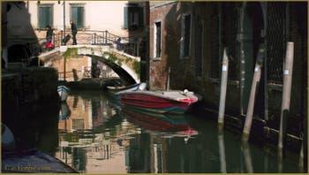 Le pont Storto, sur le rio de Sant'Aponal, dans le Sestier de San Polo à Venise.