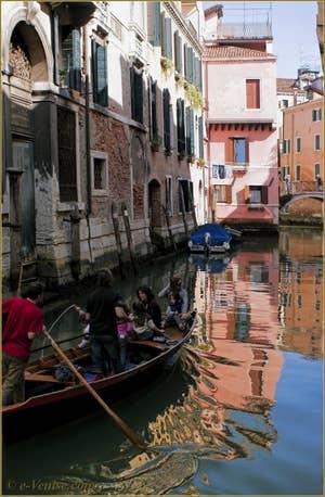 Petite famille en bateau sur le rio dei Santi Apostoli avec, au fond, le pont San Canzian, dans le Sestier du Cannaregio à Venise.