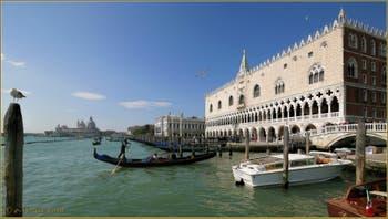 Gondole sur le bassin de Saint-Marc devant le Palais des Doges à Venise.