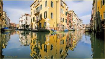 Les reflets des rii de l'Acqua Dolce et Priuli Santa Sofia, dans le Sestier du Cannaregio à Venise.
