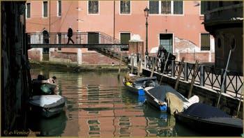Le Pont Storto, sur le rio de San Martino, le long de la Fondamenta del Piovan - Erizzo, dans le Sestier du Castello à Venise.