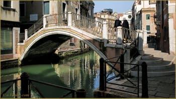 Le pont et le rio Sant'Antonin, dans le Sestier du Castello à Venise.