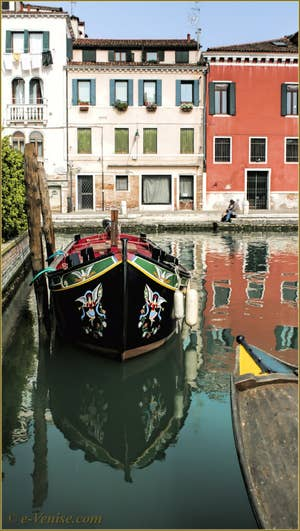 Reflets sur le rio dei Servi et de la Misericordia, dans le Sestier du Cannaregio à Venise.