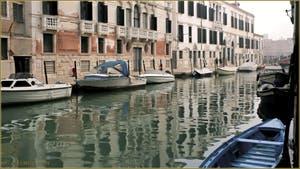 Reflets sur le rio de la Madona de l'Orto, le long de la Fondamenta Gasparo Contarini, dans le Sestier du Cannaregio à Venise.