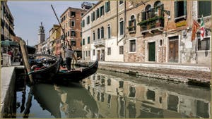 Gondoles sur le rio de San Barnaba au fond, le pont dei Pugni, dans le Dorsoduro à Venise.