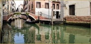 Gondole sous le pont et sur le rio de la Fava, frontière entre les Sestieri de San Marco, à gauche, et du Castello à Venise.