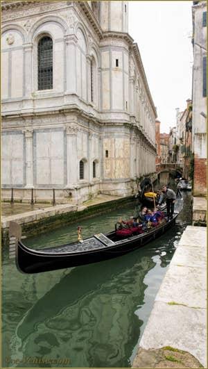 Gondole sur le rio dei Miracoli, le long de sa belle église, dans le Sestier du Cannaregio à Venise.
