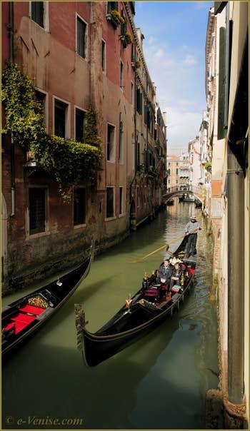 Gondoles sur le rio del Pestrin Paradiso, au fond, le pont Borgoloco, dans le Sestier du Castello à Venise