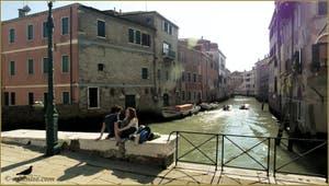 Amoureux sur le Campo de la Misericordia, devant le rio de Noal, dans le Sestier du Cannaregio à Venise.
