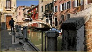 Le pont Chiodo, sur le rio de San Felice, dans le Sestier du Cannaregio à Venise.