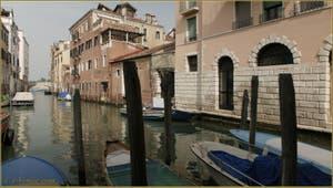 Reflets sur le rio de la Panada, au fond, le nom du même nom, dans le Sestier du Cannaregio à Venise.