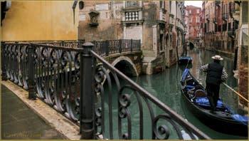 Gondole sur le rio del Mondo Novo, devant le pont Pasqualigo ou Avogadro, dans le Sestier du Castello à Venise.