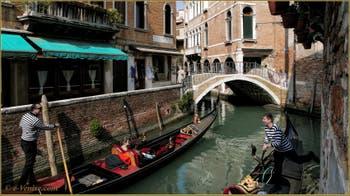 Gondoliers heureux sur le rio dei Miracoli, devant le pont del Piovan o del Volto, dans le Sestier du Cannaregio à Venise.