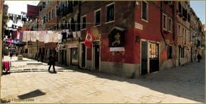 La lessive dans la Corte Nova, à l'angle avec la Fondamenta de la Tana, dans le Sestier du Castello à Venise.
